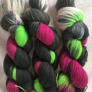 Zinnienknospe - Handgefärbte Wolle