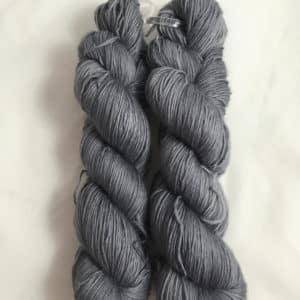 Grau - Handgefärbte Merino Wolle
