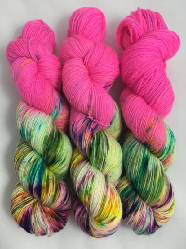 World of Fuchsia (Leuchtfarbe) - handgefärbte Lanartus Wolle