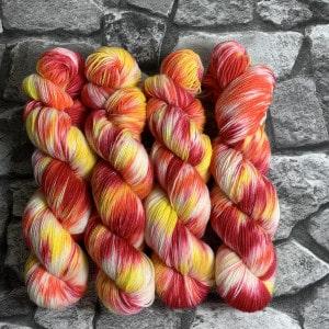 Ein Strang handgefärbte Wolle mit dem Namen I'm on fire – Classic von Wolldackel