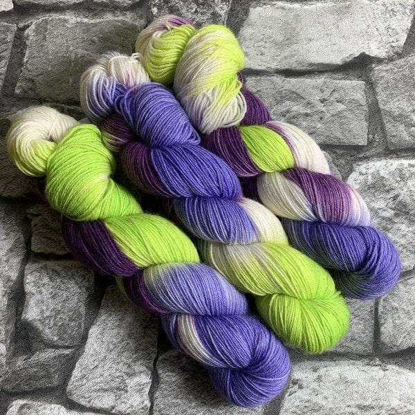 Ein Strang handgefärbte Wolle mit dem Namen Versuchung – Classic von Wolldackel
