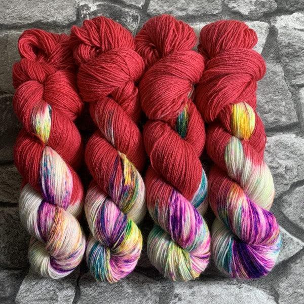 Ein Strang handgefärbte Wolle mit dem Namen Crazy Red – Classic von Wolldackel