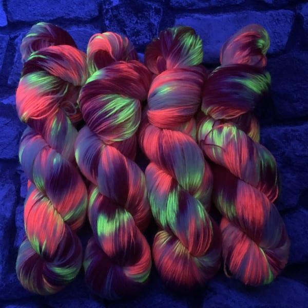 Ein Strang handgefärbte Wolle mit dem Namen Dancing Queen  –  Classic von Wolldackel