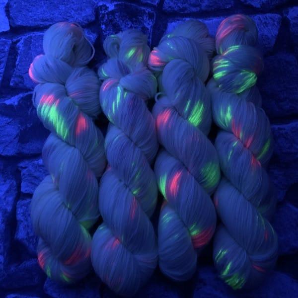 Ein Strang handgefärbte Wolle mit dem Namen Valentine  –  Classic von Wolldackel
