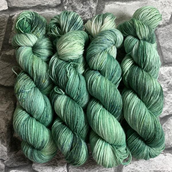 Ein Strang handgefärbte Wolle mit dem Namen Minze – Classic von Wolldackel