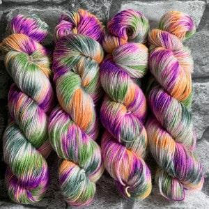 Ein Strang handgefärbte Wolle mit dem Namen Fairytale  –  Glamour von Wolldackel