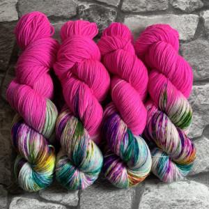 Ein Strang handgefärbte Wolle mit dem Namen World of Fuchsia  –  Xtrafine von Wolldackel