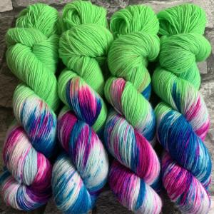 Ein Strang handgefärbte Wolle mit dem Namen Crazy Green  –  Classic von Wolldackel