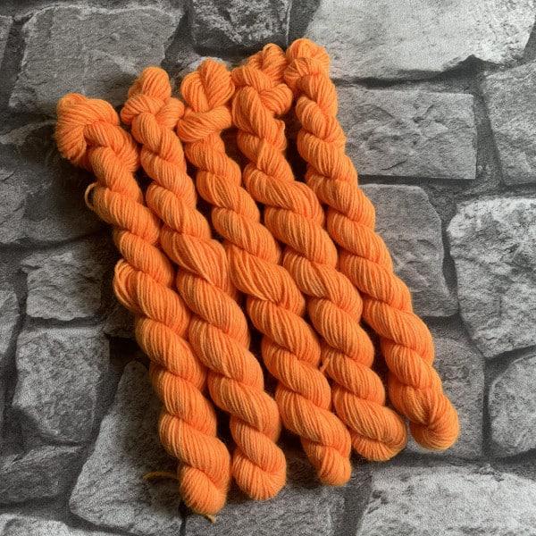 Ein Strang handgefärbte Wolle mit dem Namen Oda  –  Classic  –  Mini von Wolldackel