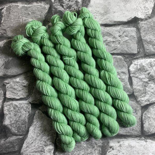 Ein Strang handgefärbte Wolle mit dem Namen Wilmer  –  Classic  –  Mini von Wolldackel