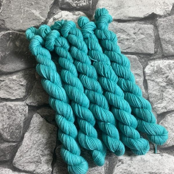Ein Strang handgefärbte Wolle mit dem Namen Jeppe  –  Classic  –  Mini von Wolldackel