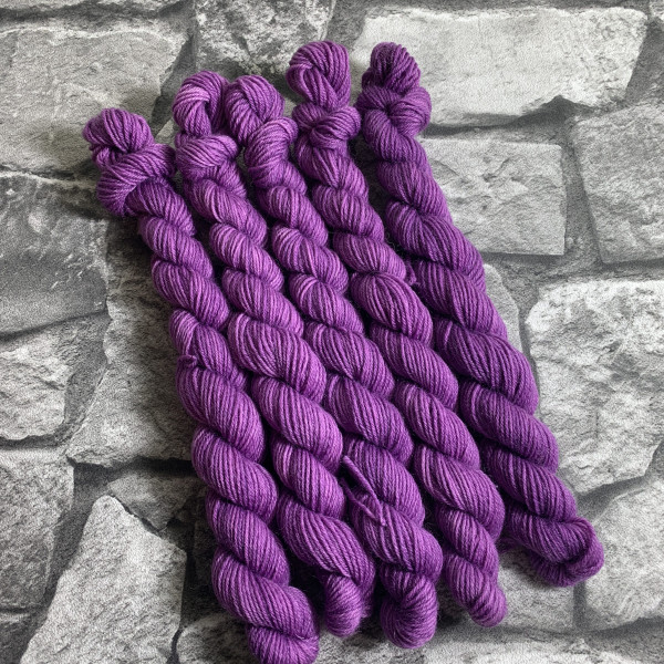 Ein Strang handgefärbte Wolle mit dem Namen Pernilla  –  Classic  –  Mini von Wolldackel