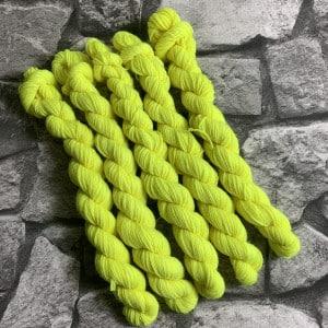 Ein Strang handgefärbte Wolle mit dem Namen Lene  –  Classic  –  Mini von Wolldackel