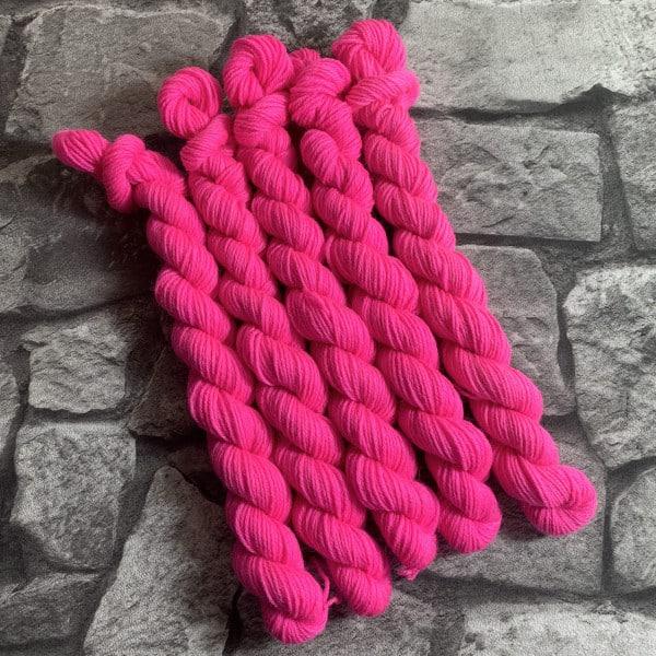 Ein Strang handgefärbte Wolle mit dem Namen Höpke  –  Classic  –  Mini von Wolldackel