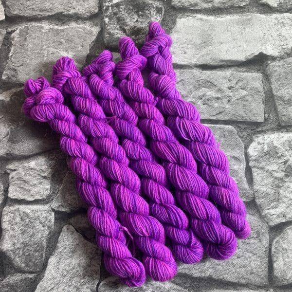 Ein Strang handgefärbte Wolle mit dem Namen Pandora  –  Classic  –  Mini von Wolldackel