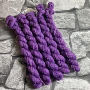 Ein Strang handgefärbte Wolle mit dem Namen Dita  –  Classic  – Mini von Wolldackel