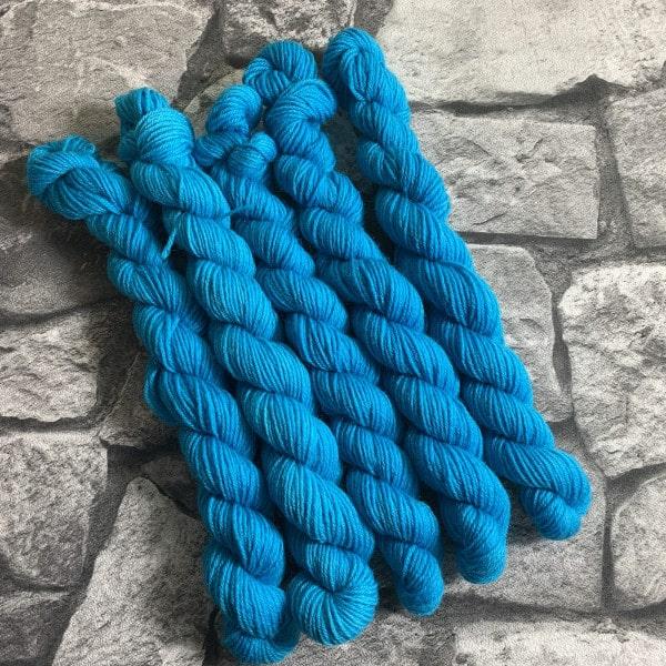 Ein Strang handgefärbte Wolle mit dem Namen Torge  –  Classic  –  Mini von Wolldackel