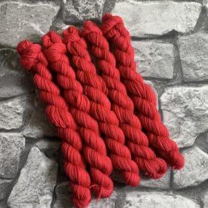 Ein Strang handgefärbte Wolle mit dem Namen Fran  –  Classic  –  Mini von Wolldackel