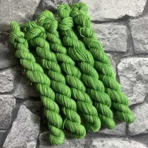 Ein Strang handgefärbte Wolle mit dem Namen Sean  –  Classic  –  Mini von Wolldackel