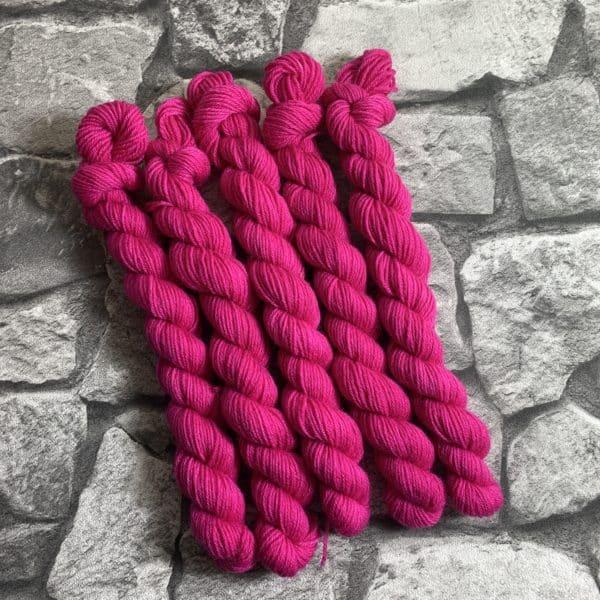 Ein Strang handgefärbte Wolle mit dem Namen Rahel  –  Classic  –  Mini von Wolldackel