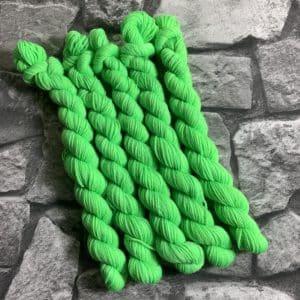 Ein Strang handgefärbte Wolle mit dem Namen Karlsson  –  Classic  –  Mini von Wolldackel