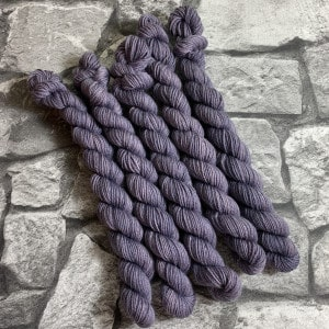 Ein Strang handgefärbte Wolle mit dem Namen Nathan  –  Classic  –  Mini von Wolldackel