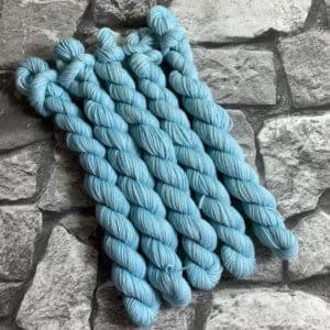 Ein Strang handgefärbte Wolle mit dem Namen Brix  –  Classic  –  Mini von Wolldackel