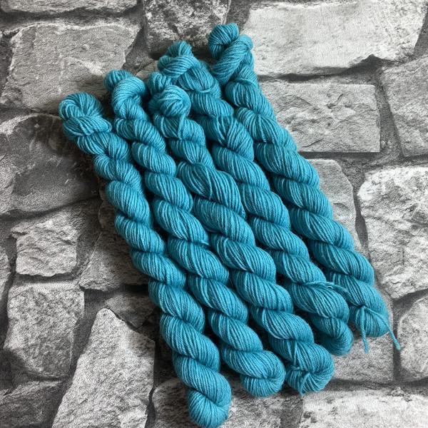 Ein Strang handgefärbte Wolle mit dem Namen Avery  –  Classic  –  Mini von Wolldackel