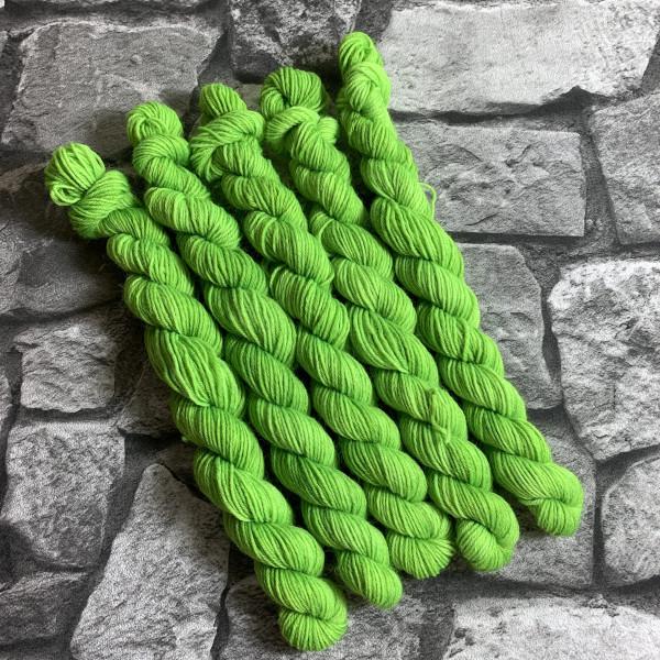Ein Strang handgefärbte Wolle mit dem Namen Frodo  –  Classic  –  Mini von Wolldackel