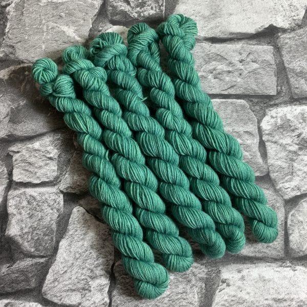 Ein Strang handgefärbte Wolle mit dem Namen Brad von Wolldackel