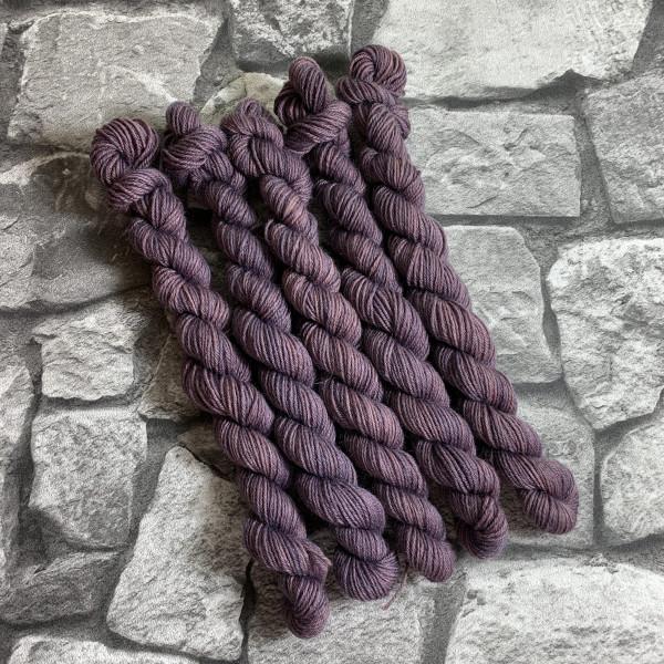 Ein Strang handgefärbte Wolle mit dem Namen Täve  –  Classic  –  Mini von Wolldackel