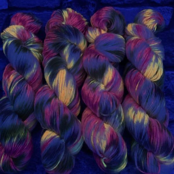 Ein Strang handgefärbte Wolle mit dem Namen Fairytale  –  Classic von Wolldackel