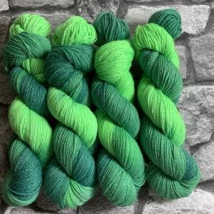 Ein Strang handgefärbte Wolle mit dem Namen Froschkönig  –  Glamour von Wolldackel