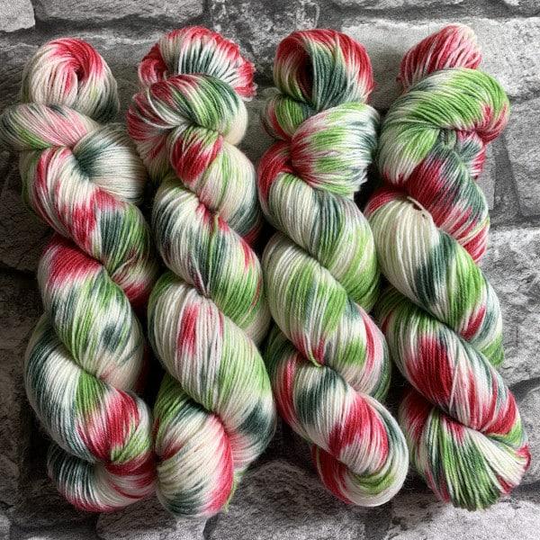 Ein Strang handgefärbte Wolle mit dem Namen Schneeweißchen & Rosenrot  –  Classic von Wolldackel