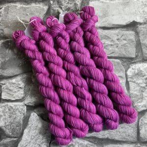 Ein Strang handgefärbte Wolle mit dem Namen Azra  –  Classic  –  Mini von Wolldackel