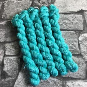 Ein Strang handgefärbte Wolle mit dem Namen Beat  –  Classic  –  Mini von Wolldackel