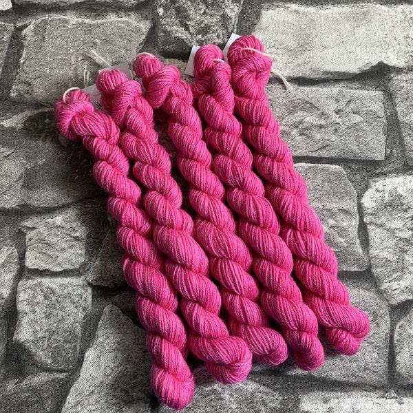 Ein Strang handgefärbte Wolle mit dem Namen Demi  –  Classic  –  Mini von Wolldackel