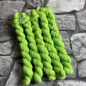 Ein Strang handgefärbte Wolle mit dem Namen Lloyd  –  Classic  –  Mini von Wolldackel