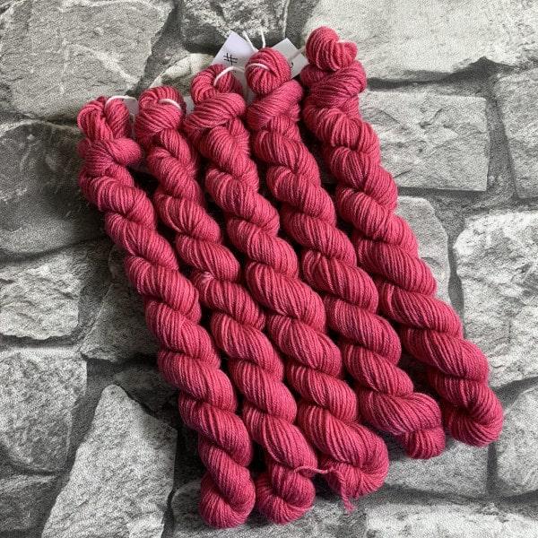 Ein Strang handgefärbte Wolle mit dem Namen Centa  –  Classic  –  Mini von Wolldackel