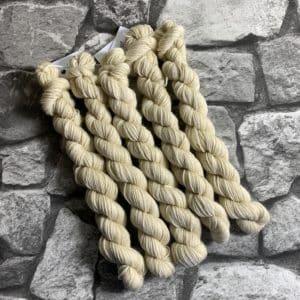 Ein Strang handgefärbte Wolle mit dem Namen Egge –  Classic  –  Mini von Wolldackel