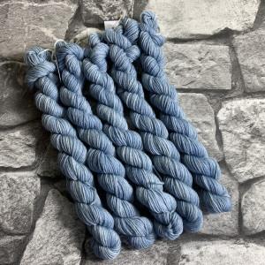 Ein Strang handgefärbte Wolle mit dem Namen Barnim  –  Classic  –  Mini von Wolldackel