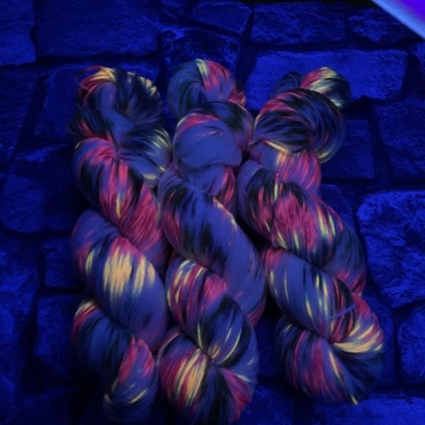 Ein Strang handgefärbte Wolle mit dem Namen Fairytale  –  Xtrafine von Wolldackel