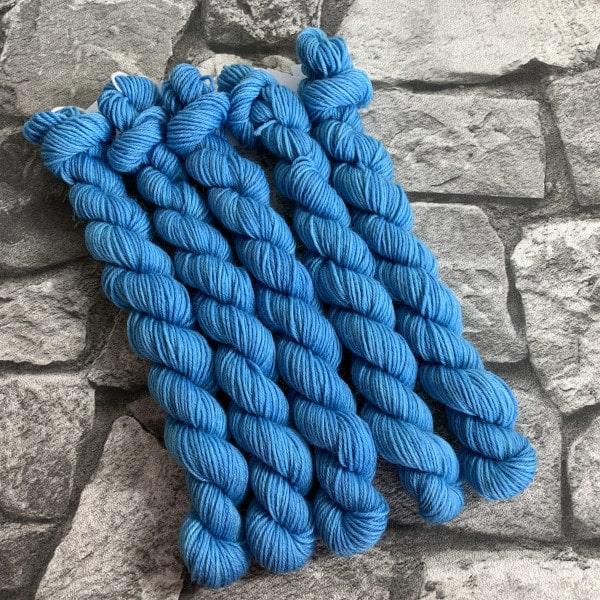 Ein Strang handgefärbte Wolle mit dem Namen Azrael  –  Classic  –  Mini von Wolldackel