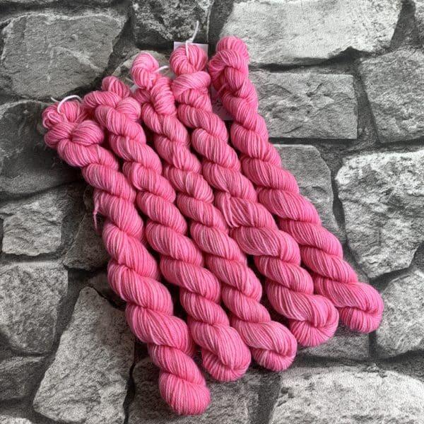 Ein Strang handgefärbte Wolle mit dem Namen Hester  –  Classic  –  Mini von Wolldackel
