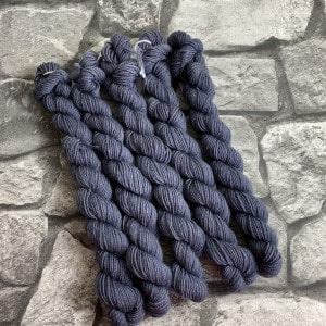 Ein Strang handgefärbte Wolle mit dem Namen Richard  –  Classic  –  Mini von Wolldackel