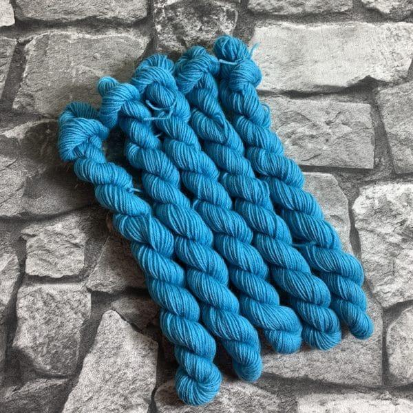 Ein Strang handgefärbte Wolle mit dem Namen Burt  –  Classic  –  Mini von Wolldackel