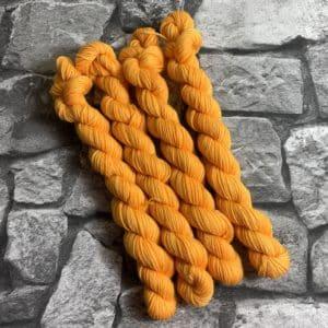 Ein Strang handgefärbte Wolle mit dem Namen Yedda  –  Classic  –  Mini von Wolldackel