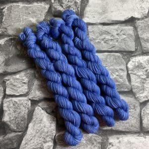 Ein Strang handgefärbte Wolle mit dem Namen Paolo  –  Classic  –  Mini von Wolldackel