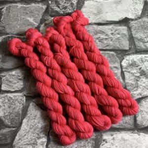 Ein Strang handgefärbte Wolle mit dem Namen Coco  –  Classic  –  Mini von Wolldackel