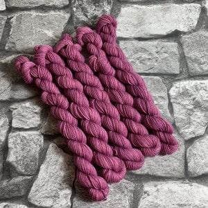 Ein Strang handgefärbte Wolle mit dem Namen Malou  –  Classic  –  Mini von Wolldackel